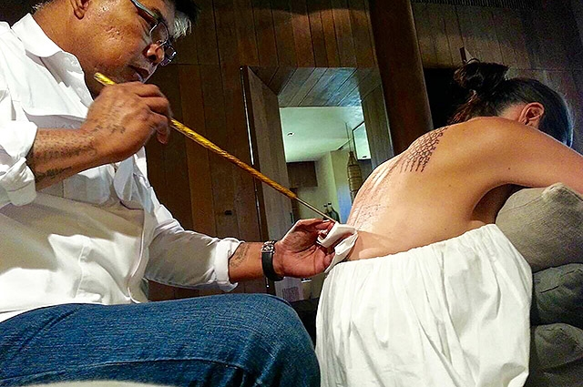 Незадолго до развода Анджелина Джоли и Брэд Питт сделали тату, чтобы спасти брак (ФОТО) - фото №1