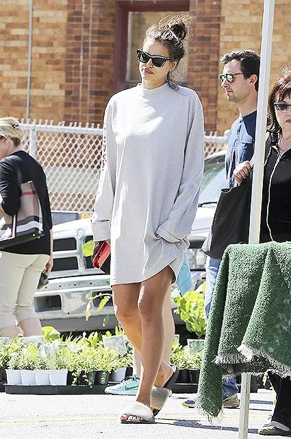Ирина Шейк отоварилась на рынке: как выглядит супермодель на последних месяцах беременности (ФОТО) - фото №2
