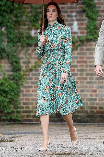 Кейт Миддлтон, принц Уильям и принц Гарри почтили память принцессы Дианы, посетив знаменитый Белый сад (ФОТО) - фото №1