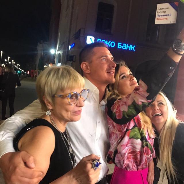 Ксения Бородина закатила шумную вечеринку в честь Курбана Омарова: общие ФОТО со свекровью и ВИДЕО танца подшофе - фото №1