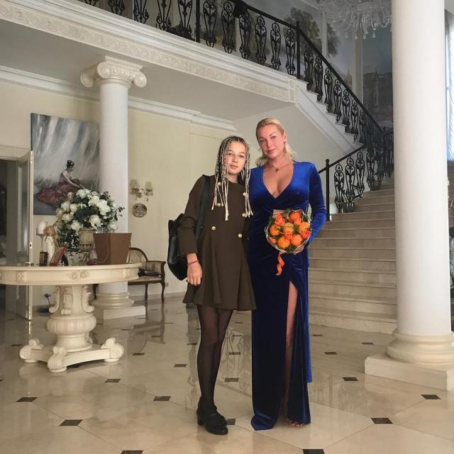 Дочь-подросток Анастасии Волочковой удивила длинными ногами и смелой прической (ФОТО) - фото №1