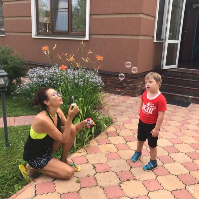 Эвелина Бледанс скрывает развод с мужем от сына с синдромом Дауна - фото №2