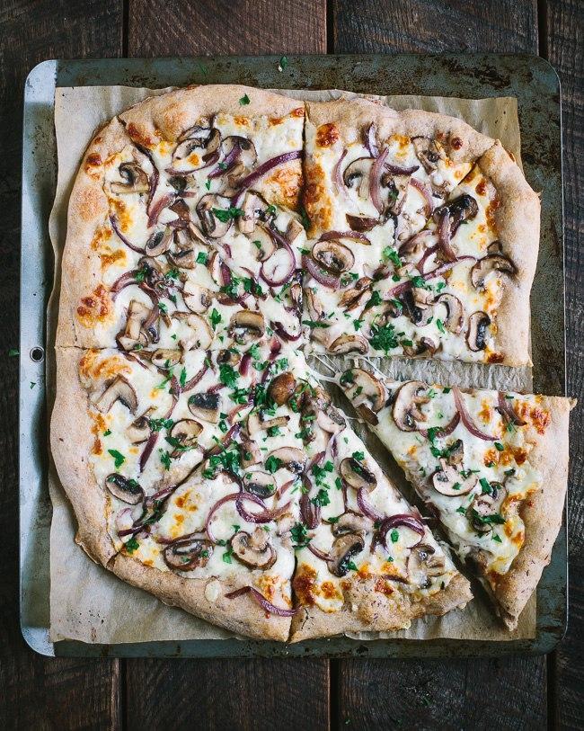 Пицца с карамелизированным красным луком, шампиньонами и фонтиной