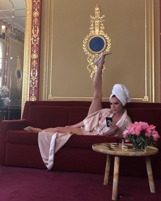 Битва растяжек: Кортни Кардашьян спародировала знаменитое фото Виктории Бекхэм и тут же получила ответ! (ФОТО) - фото №2