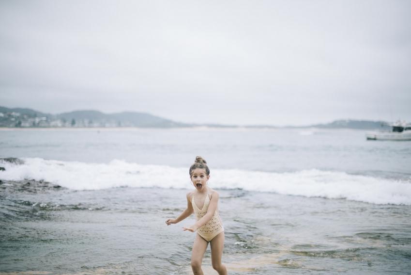 загрязнение окружающей среды ребенок у моря на пляже