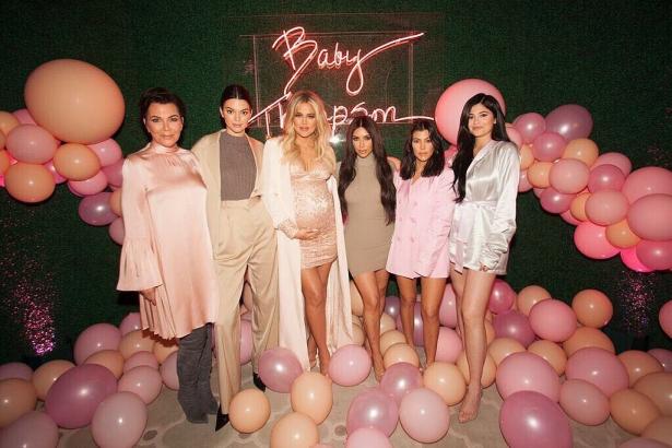 Ким Кардашьян на вечеринке в честь ребнка Хлое Кардашьян