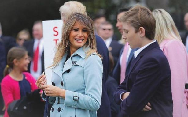 мелания трамп в голубом пальто