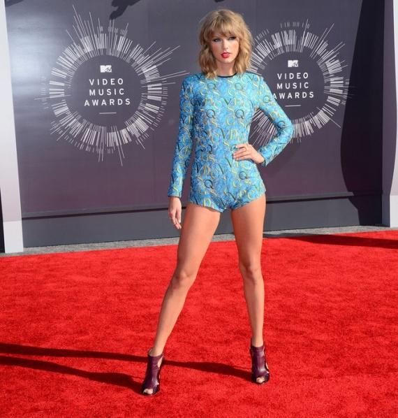 Тейлор Свифт стала самой богатой певицей: блондинка обошла Бейонсе, Рианну и Адель - фото №1