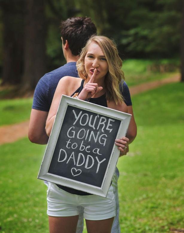 Как рассказать мужу о пополнении в семье: жена устроила фотосессию с сюрпризом, растрогав супруга до слез - фото №1