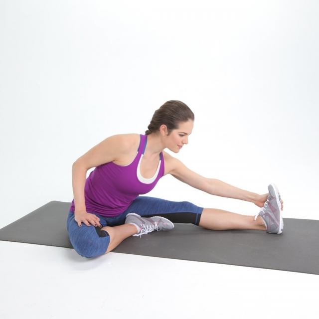 6 лучших упражнений на растяжку для тех, кто работает сидя - фото №4
