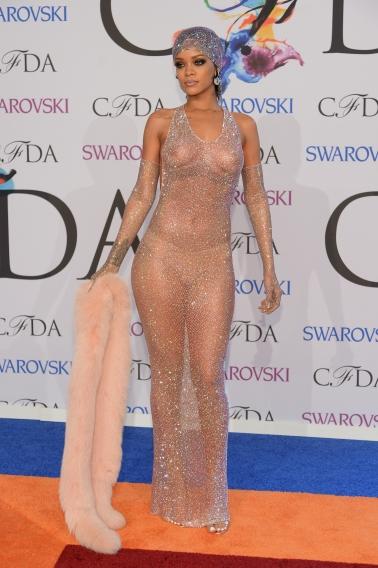 Чьи платья мы не сможем забыть: нога Анджелины Джоли, мясо Леди Гаги и прочий жемчуг - фото №9