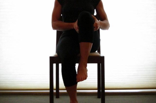 Какие упражнения для спины можно делать прямо на рабочем месте - фото №7