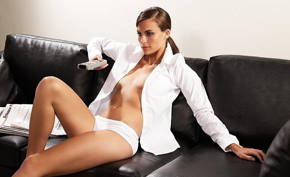 Почему девушкам нужно перестать смотреть телевизор в новом году - фото №1