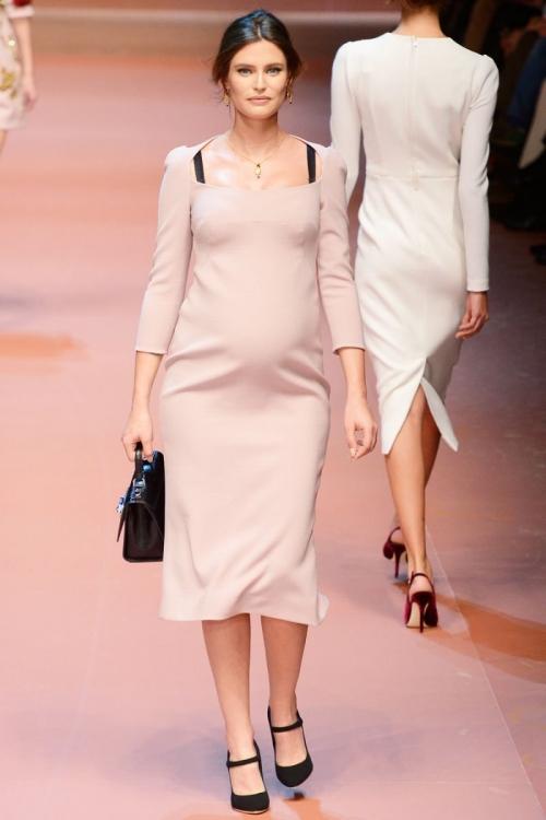 Дефиле в интересном положении: Ирина Шейк и другие беременные модели, которые смело выходили на подиум - фото №4