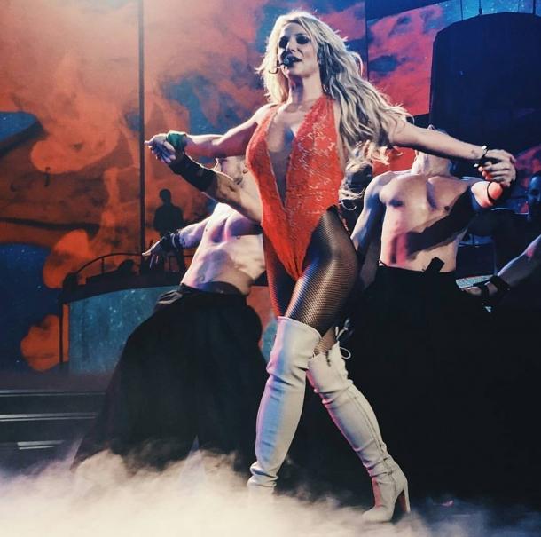 Бритни Спирс оконфузилась, оголив грудь на концерте (ВИДЕО) - фото №1