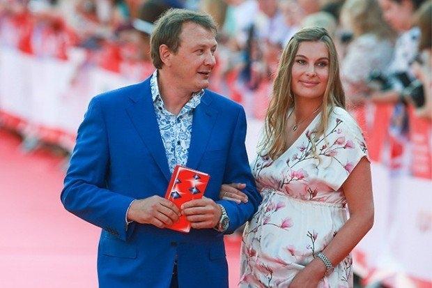 Снова за свое: Марата Башарова обвиняют в избиении молодой жены - фото №1