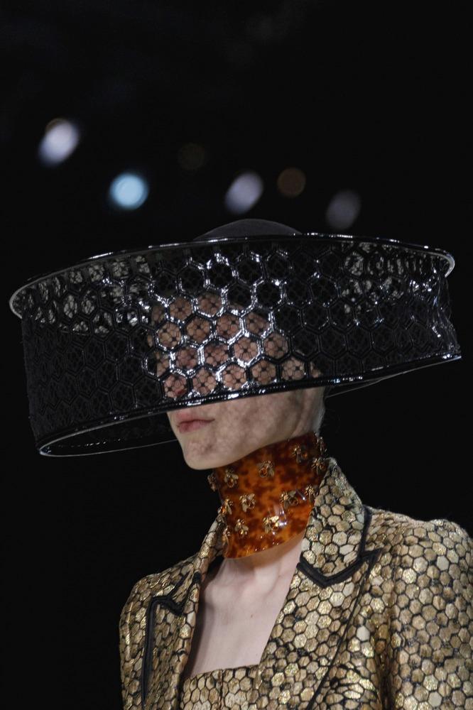 Неделя моды в Париже: пчелиное царство Alexander McQueen - фото №2