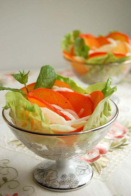 Салат из хурмы с пикантной заправкой - фото №1