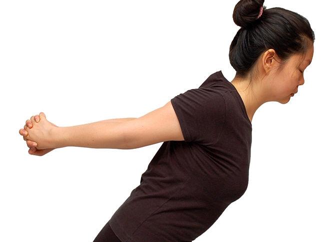 Какие упражнения для спины можно делать прямо на рабочем месте - фото №5