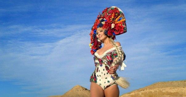 Как Оля Полякова объединяет народы своим кокошником - фото №1