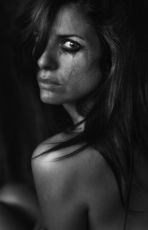 грустная женщина в черном фото