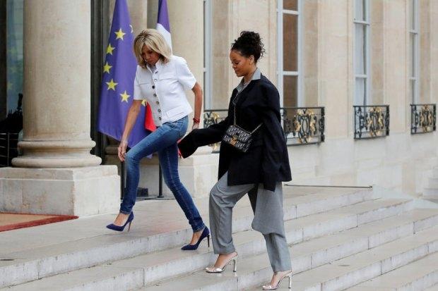 Не по размеру: Рианна иронично обыграла строгий дресс-код на встрече с Макроном (ФОТО) - фото №1