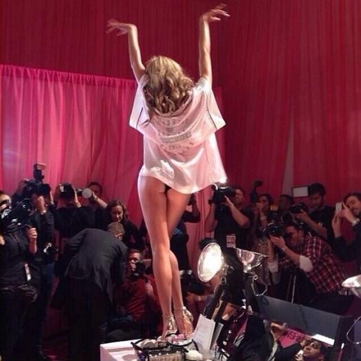 Шоу Victoria`s Secret 2013: подиум, бэкстейдж и красная дорожка - фото №44