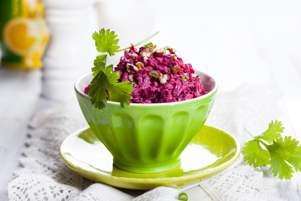 Рецепты салатов из свеклы: самый полезный ингредиент праздничного блюда - фото №2