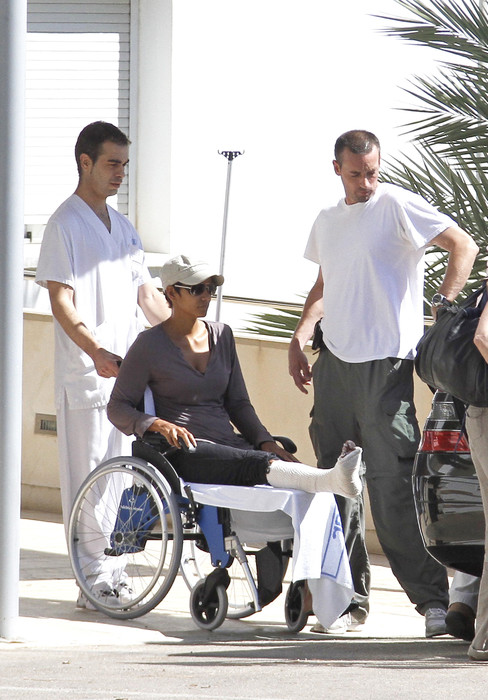 Производственная травма: Холли Берри с переломом - фото №1