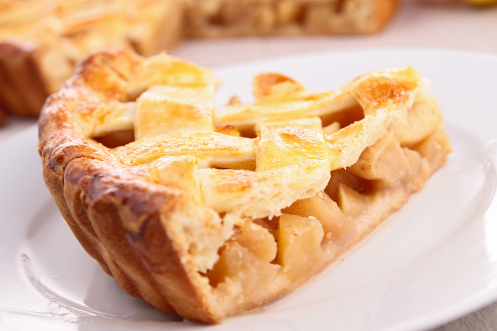 Воздушная шарлотка: как приготовить любимый яблочный пирог - фото №2
