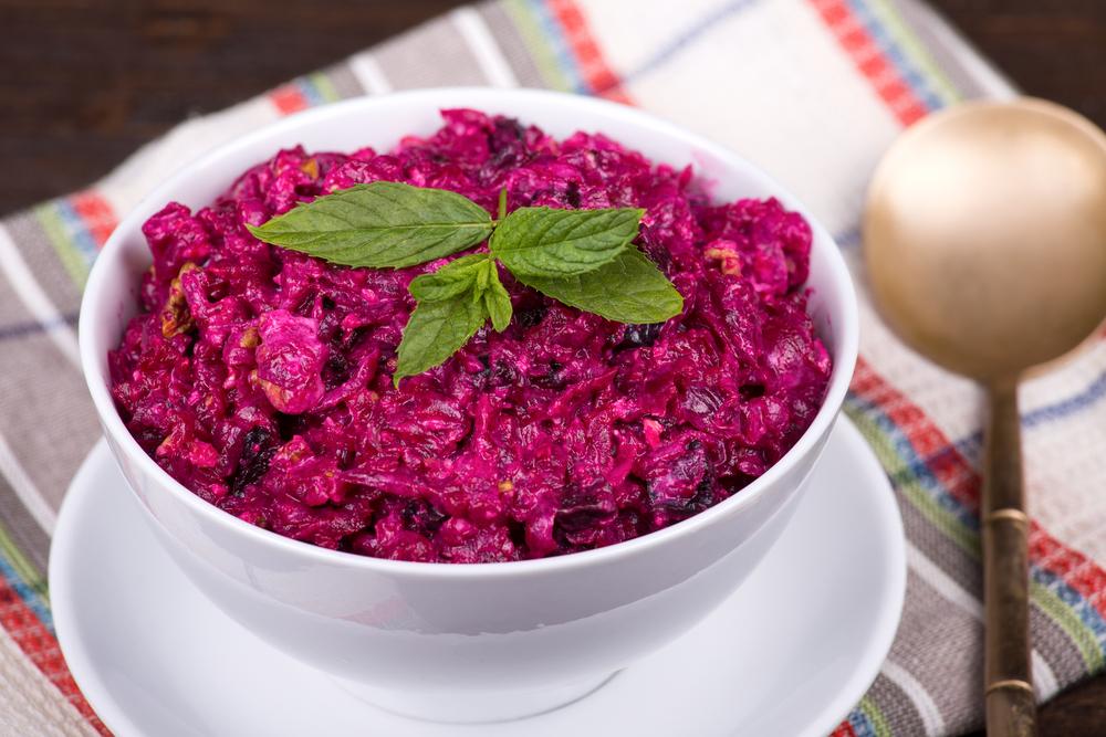 Рецепты салатов из свеклы: самый полезный ингредиент праздничного блюда - фото №1