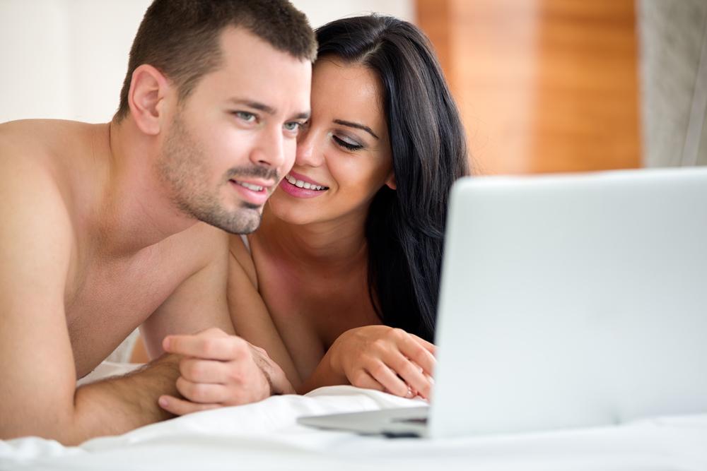 Пара смотрит порно
