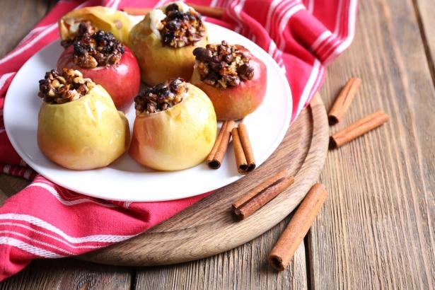 Печеные яблоки с медом и орехами: самое полезное сладкое блюдо - фото №1