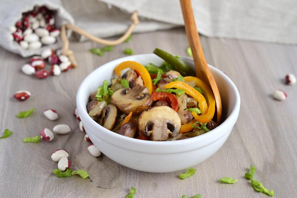 Салат с курицей и фасолью: рецепты простого и низкокалорийного блюда - фото №2