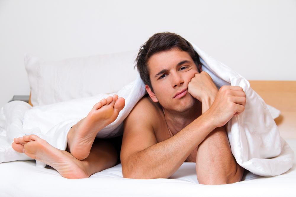 Парень лежит в постели с девушкой