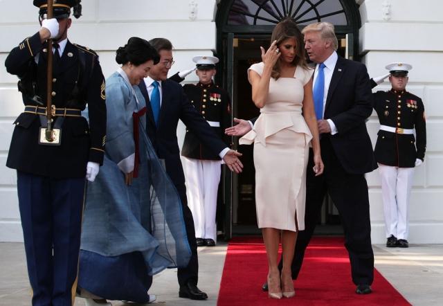 Мелания Трамп восхитила нежным образом в розовом платье-футляре (ФОТО) - фото №1