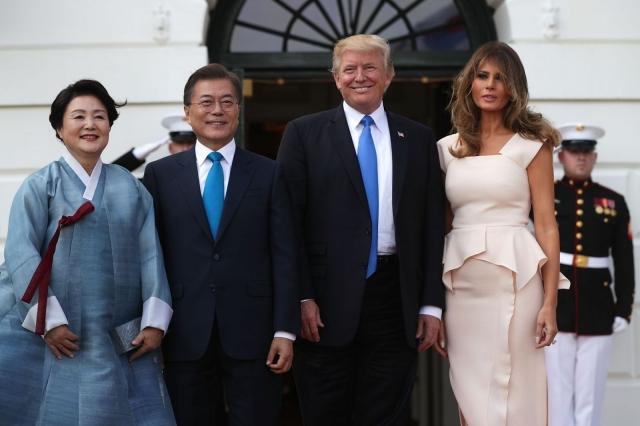 Мелания Трамп восхитила нежным образом в розовом платье-футляре (ФОТО) - фото №2