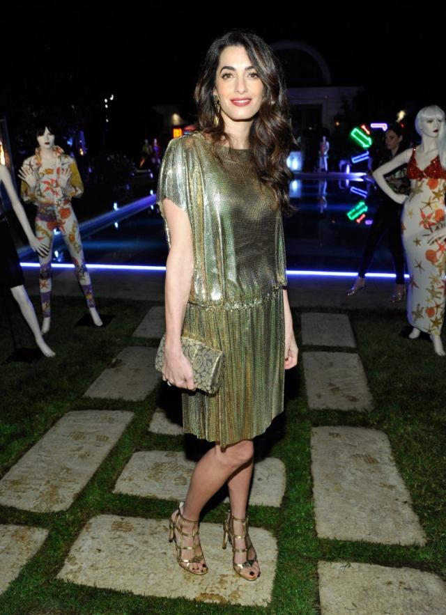 Амаль Клуни восхитила стильным образом на вечеринке Versace (ФОТО) - фото №1