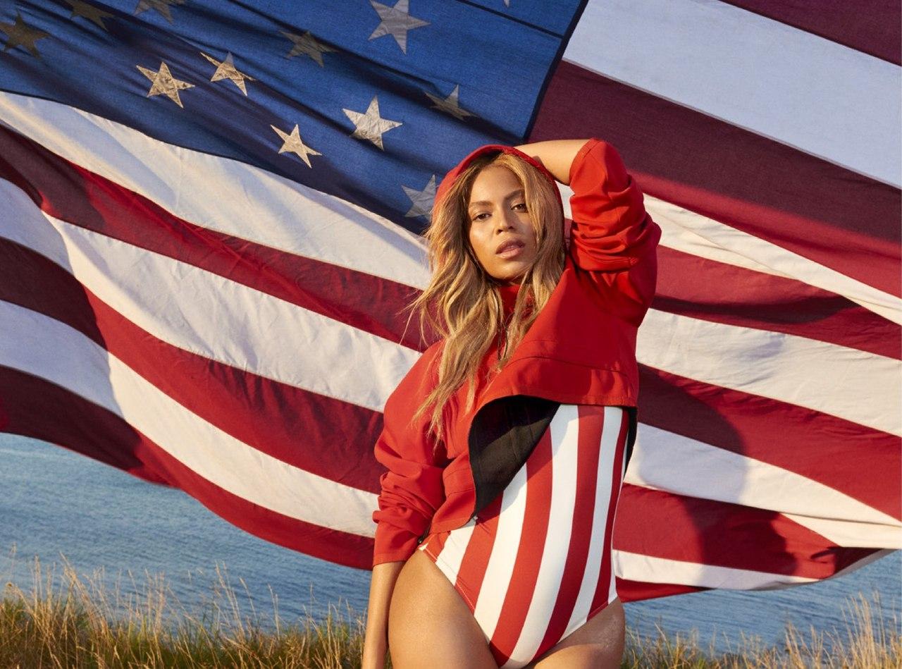 Патриотичная Бейонсе: певица позирует в купальниках с американских флагом - фото №1
