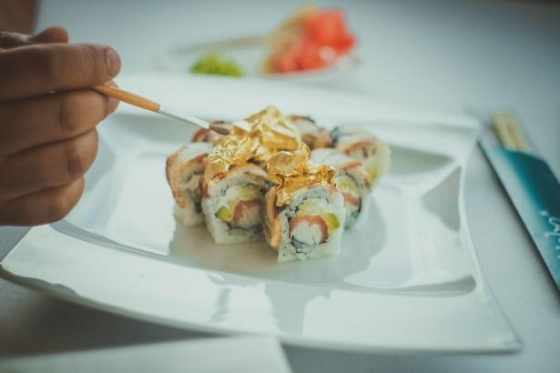 Куда пойти, когда хочется чего-то необычного: суши с золотом в ресторане NEBO - фото №5