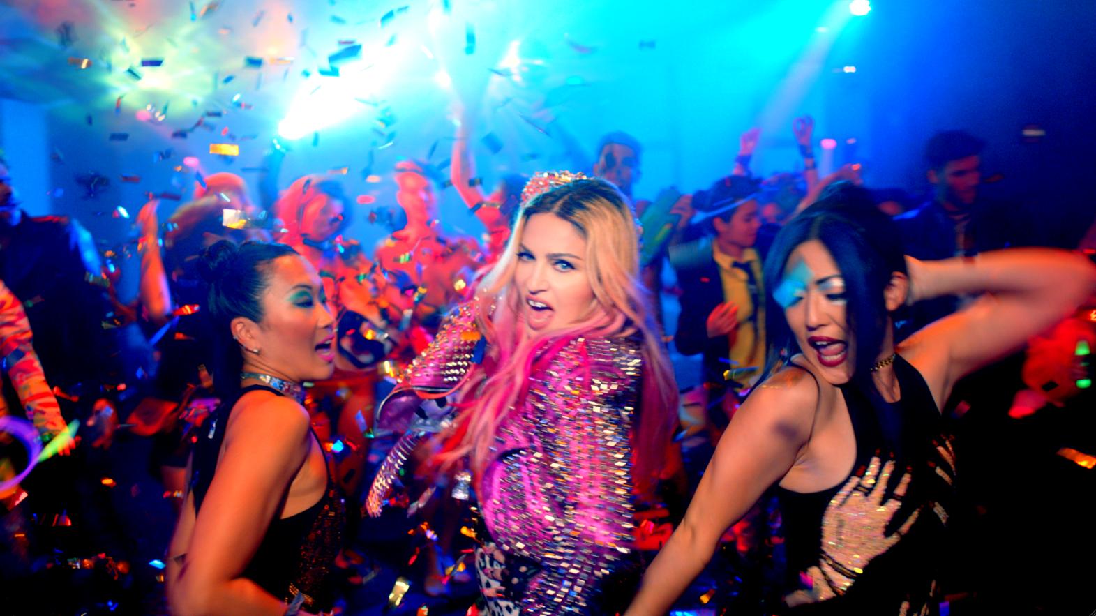 Чем на этот раз вызвала скандал Мадонна: развратная вечеринка с Бейонсе, Кэти Перри, Майли Сайрус и Ники Минаж - фото №1