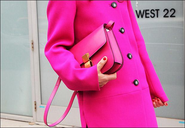 Как носить яркое пальто - фото №3