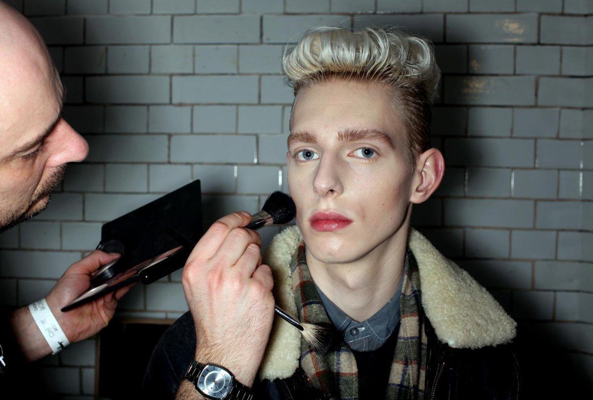 Зачем мужчины красятся: разбираем тренд на мужской макияж - фото №1