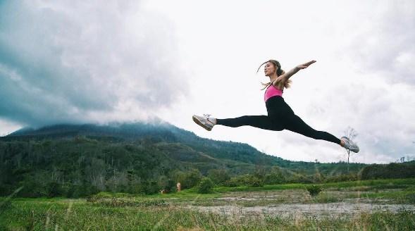 Регина Тодоренко удивила шпагатом на фоне вулкана (ФОТО) - фото №1
