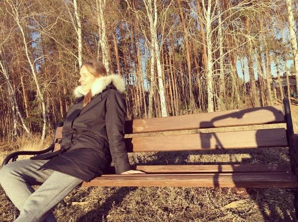 Молодая мама Катя Осадчая радуется весне в парке (ФОТО) - фото №1