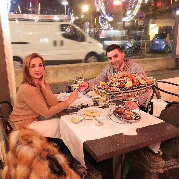 Как отдыхают звезды: Анфиса Чехова с мужем распивают шампанское в Каннах (ФОТО) - фото №1