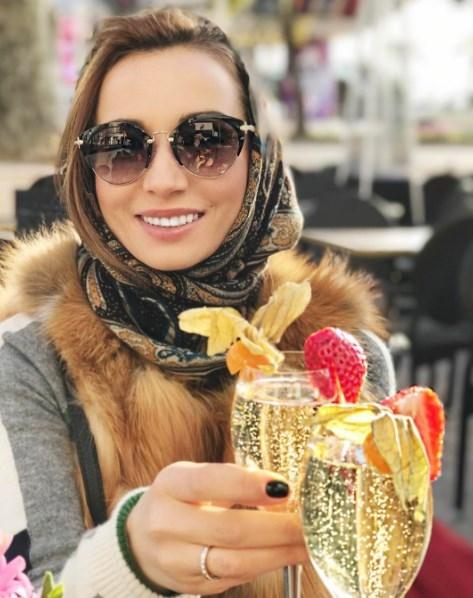 Как отдыхают звезды: Анфиса Чехова с мужем распивают шампанское в Каннах (ФОТО) - фото №2