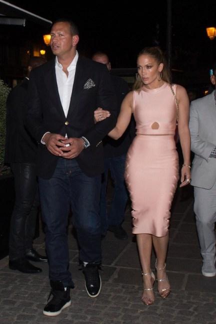 Одна на миллион: Дженнифер Лопес в платье за 99 долларов поразила безупречным образом (ФОТО) - фото №2