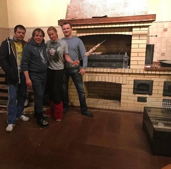 Ужин в особняке: Волочкова накормила шашлыками трех гостей-мужчин (ФОТО) - фото №1