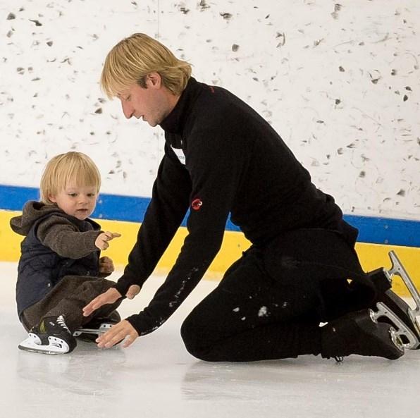 По стопам отца: Рудковская и Плющенко готовят сына к большому спорту (ВИДЕО) - фото №1